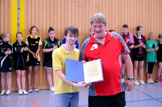 Gerd-Peter Wulfmeier (re.) wird von TTVB-Vizepräsidenten Daniel Böttiger geehrt